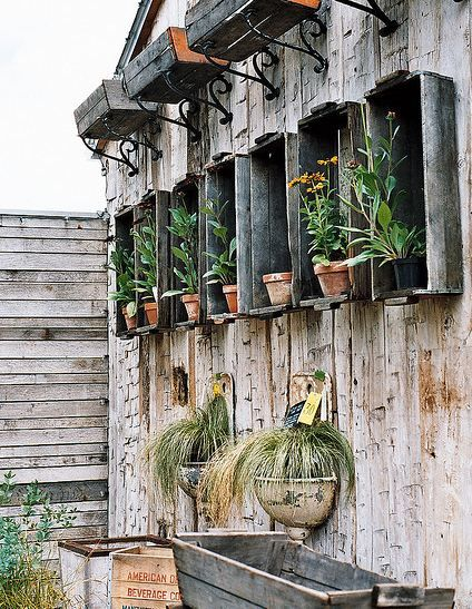 I think on the fence: Old Boxes, Gardens Ideas, Old Drawers, Gardens Design Ideas, Modern Gardens Design, Interiors Design, Old Crates, Interiors Gardens, Wall Planters