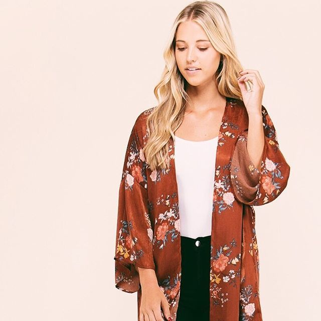 Kimonos are the perfect fall addition to any closet! 🍁Lightweight it's great for the weather changes and compliments any outfit! 😘