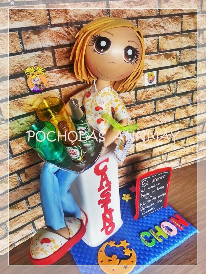 Fofucha personalizada camarera, con bandeja y bebidas.