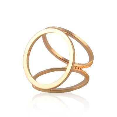 Jedinečná a zároveň jednoduchá ozdobná spona na hodvábne šatky a šály s názvom Simple v podobe nádherne ligotavého troj-prstenca. Prstenec je krásny ako na obrázku. Spona má prvotriednu kvalitu a je vysoko odolná. Ozdoba simple obsahuje trojitý krúžok na zadnej strane, aby bolo možné uviazať ho na hodvábnu šatku alebo šál. Táto ozdoba na hodvábne šatky a šály je vyrobená z kvalitných materiálov (zliatín), ktoré sú následne pozlátené. Ozdobu je možné použiť na šatku alebo šál.