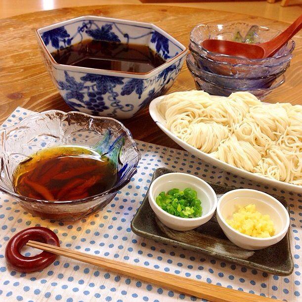 今日の晩ご飯はそうめん!! 昆布とかつお、干し椎茸でだし取りました。 海老じゃこ今日もスーパーに出ていなかったので諦めました。 海老じゃこ入れたら美味しいのになぁ〜p(´⌒`。q)グスン - 11件のもぐもぐ - そうめん!! by harunameiHrc