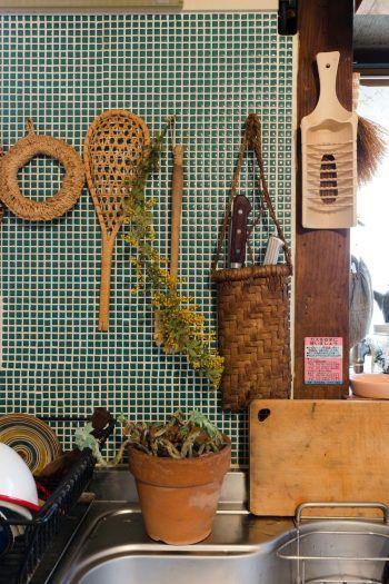青磁色のタイルを貼った壁に、会津のマタタビを使った台所道具やカゴを。