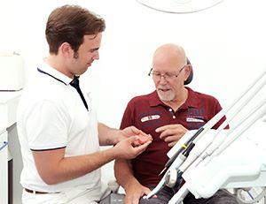 Bij Prothista kunt u terecht voor advies over en het laten aanmeten van een kunstgebit op implantaten. Vanuit onze praktijk werken wij nauw samen met de afdeling kaakchirurgie in het Zaans Medisch Centrum.