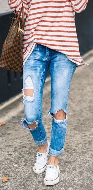 Striped top + ripped jeans.