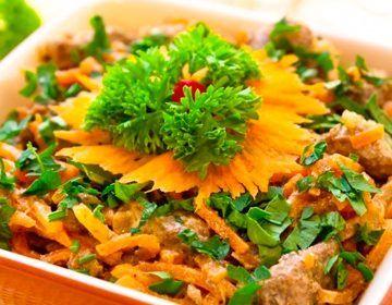 Салат из печени с морковью и луком: рецепт простого и вкусного блюда, которым можно быстро украсить праздничный стол.