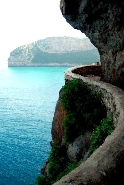Caminho ao longo do penhasco. Bugia, cidade no litoral do Mediterrânio na Argélia.