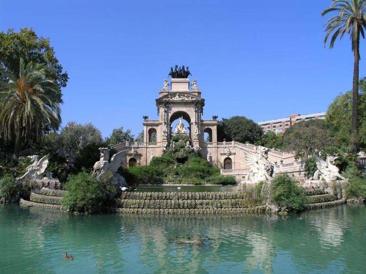 El Parc de la Ciutadella no solamente contiene una naturaleza impresionante, con mas de cien especies de arboles, pero contiene un arquitectura magnifica.