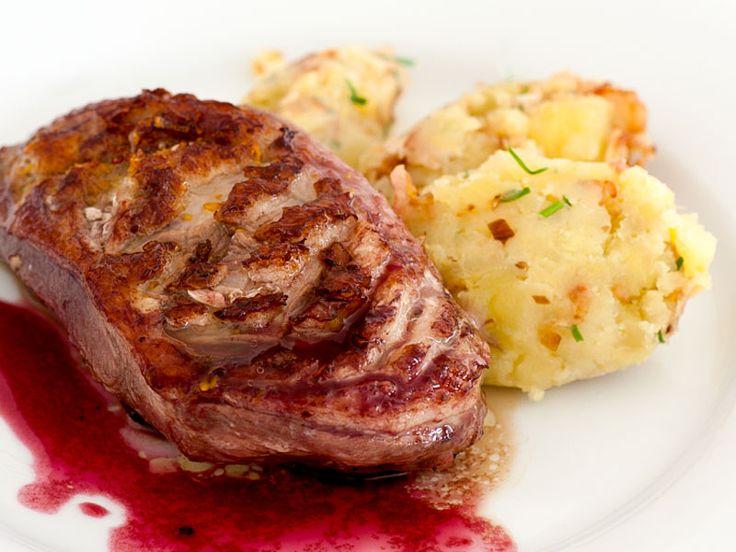 Entenbrust in Rotweinsauce mit Kartoffelpüree  Herrlich zarte, saftige Entenbrust und luftig leckeres Kartoffelpüree, purer Genuss.  http://einfach-schnell-gesund-kochen.de/entenbrust-in-rotweinsauce-mit-kartoffelpueree/