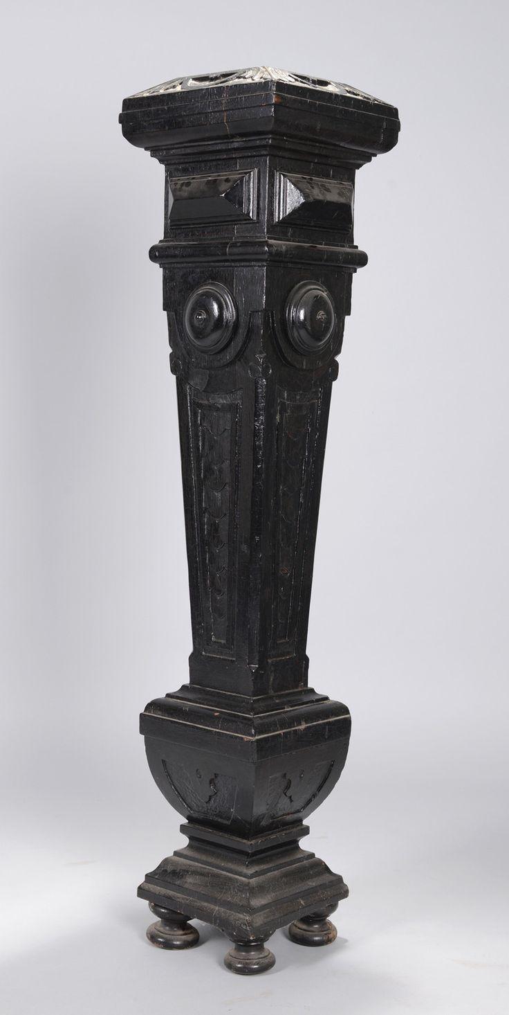 Blumensäule Holz, teilw. geschnitzt, gebeizt. Auf 4 Profilfüßen über gestufter Basis konischer Profilschaft. Deckplatte fehlt. Gebrauchsspuren. H. 115,5 cm. (54) Deutsch. Um 1900.