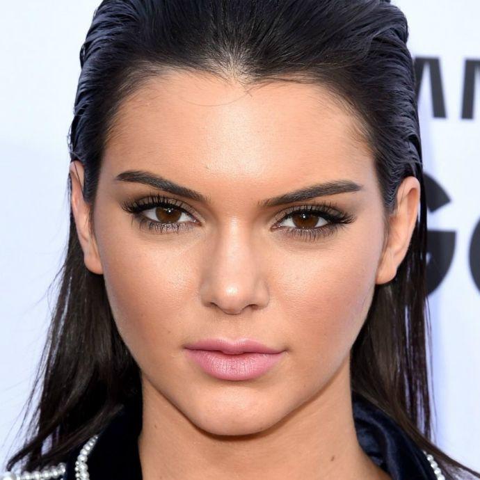 Esfumado marrom, cílios postiços e batom rosinha são suficientes para deixar Kendall gatíssima. As sobrancelhas sempre aparecem preenchidas.