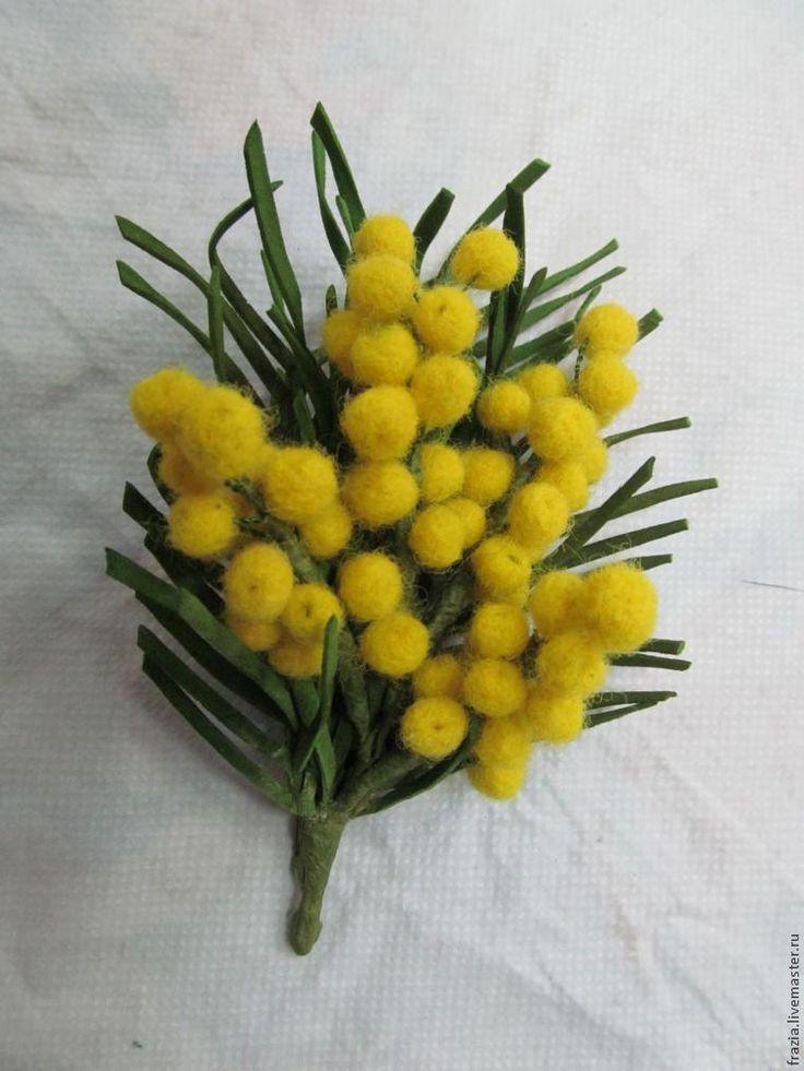 В предверии женского праздника 8 Марта хочу подарить рукодельницам мастер-класс по созданию веточки самого весеннего цветка — мимозы. Для этого понадобится: - шерсть кардачёс желтого цвета; - губка для валяния; - иглы для валяния — звёздочка №38; - флористическая проволока тоненькая и потолще; - круглозубцы; - иголка с широким ушком; - ножницы; - линейка; - клей (лучше гель); - тейп-лента; - маслянные краски (не обязательно).
