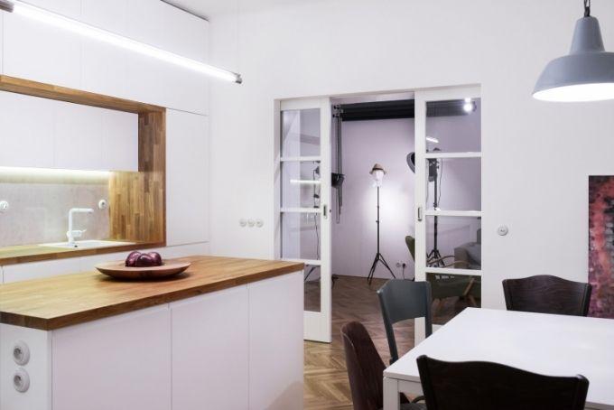 Solitérní pohovky, stolky, komody a designová světla dodávají bytu útulnou domácí atmosféru.