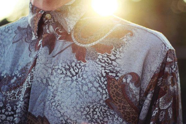 Chemise à motifs. Marque : Lucio - Fabriquée en France Taille indiquée : 2 Largeur aux épaules : 46 cm - Longueur : 71 cm Composition : 100% viscose