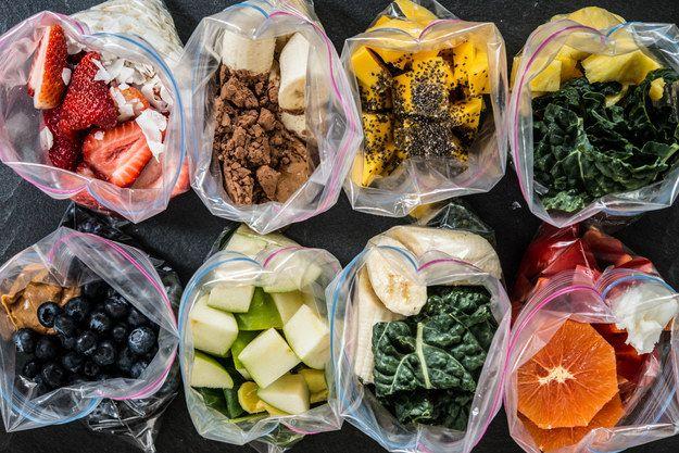 Surgelez vos ingrédients pour smoothies dans un sac à congélation la veille au soir pour n'avoir (presque) rien à faire le matin. | 18 astuces qui révolutionneront votre petit-déjeuner