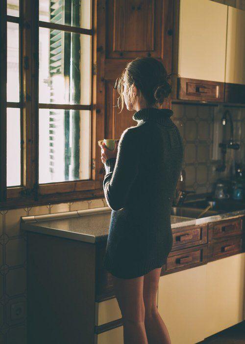 mujer con ansiedad y depresión tomando café