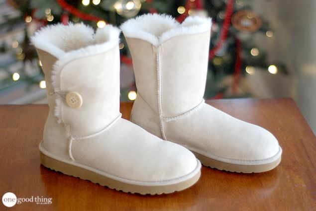 UGGs come in any color from black to white, so here is some advice on how to clean your UGG boots at home. Remember, your shoes can speak louder than you. Keep them #clean.