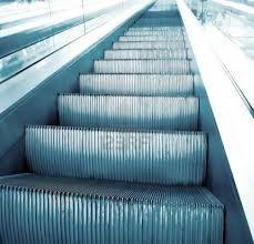 Mujer muere estrangulada por su bufanda atrapada en una escalera mecánica - Cachicha.com
