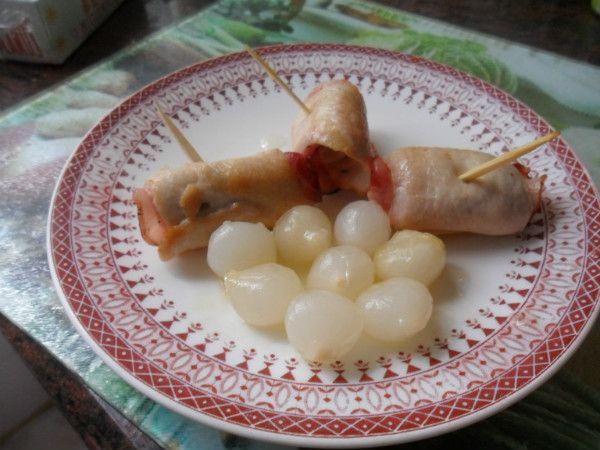 pechuga de pollo rellena de bacón, si se quiere con menos calorías se puede rellenar de jamón york