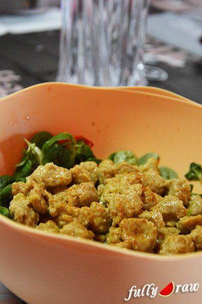 Questi bocconcini conditi con latte di cocco e curry restano morbidi e succosi, ottimi accompagnati da un'insalata di valerianella. INGREDIENTI: - 100 g di bocconcini di soia disidratati - 400 g di latte di cocco - 1 cucchiaino di curry in polvere - 1 cipolla - 1 cucchiaio di olio extravergine di oliva - sale e peperoncino q.b. Per prima cosa reidratare in acqua tiepida i bocconcini di soia per almeno un'ora, una volta ammorbiditi strizzarli e metterli da parte. Preparare un soffritto con…