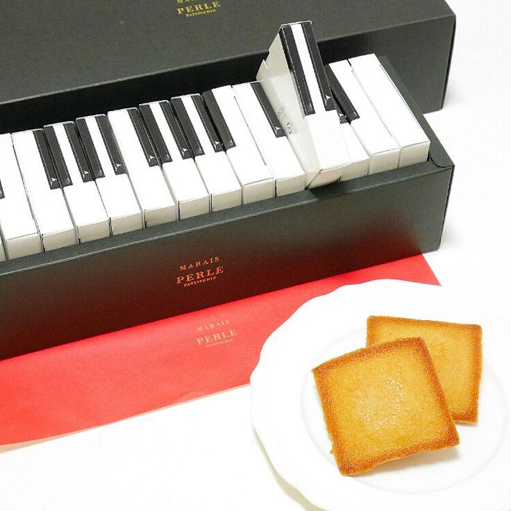 ピアノの鍵盤のデザインが可愛い MAREIS(マレ)というお菓子です❤   鍵盤のひとつひとつに、アーモンドプードルたっぷりの焼き色の美しいフィナンシェが入っています。 オレンジコンフィが爽やかに香り、食感も楽しい♪   MAREIS(マレ)はフランスのマレ地区に由来✨ 古き良きものと最先端の流行が混在する、伝統と芸術の街。魅力がつまったマレのように記憶に残るお菓子を、と作られたそうです(*´ω`*)   以前とある方に「贈り物のお菓子を探してほしい」と頼まれご紹介し、すっかり忘れていたのですが、 なんと私の分もひとつ多く注文してくださっていて… こんな雪の日にサプライズプレゼントで届きました!サンタさんだ〰🎅(笑)   鍵盤を引き出す瞬間が楽しくて、ワクワクするお菓子です💓フィナンシェは2オクターブ(15個)入って2300円。1個あたり150円くらいですね。 取り寄せ可能ですので、音楽好きな方や遊び心のあるお菓子が好きな方は 「恵季工房 ぺルル」のホームページをのぞいてみてはいかがでしょうか🌠 (*^.^*)    #スイーツ #フィナンシェ #焼菓子 #贈り物…