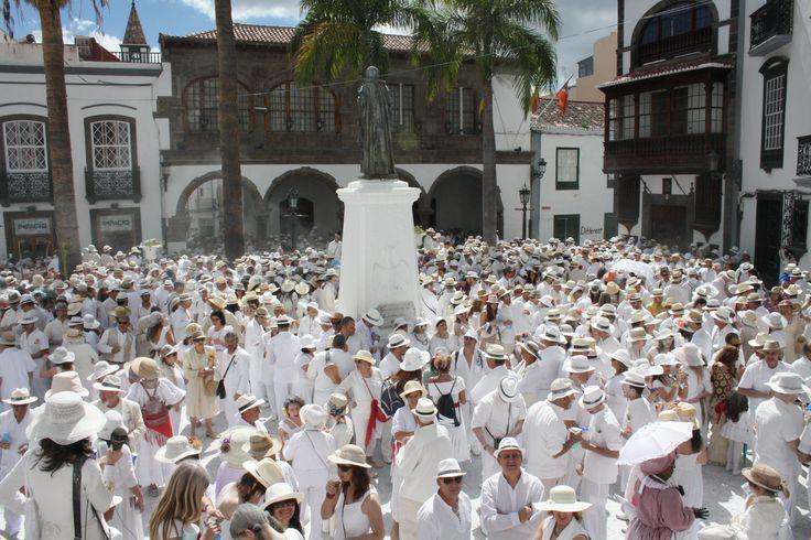 La Fiesta de Los Indianos tiene lugar cada lunes de #carnaval en #LaPalma. Los Indianos es una parodia que revive el retorno del emigrante que buscó mejor vida en las Américas y vuelve a su tierra después de cumplir sus sueños de fortuna. El blanco es el dominante de la fiesta. El intercambio cultural de La Palma con Cuba, es evidente en esta fiesta. El Son, la Guajira, la Guaracha o el Bolero están presente entre las parrandas que recorren las calles. #carnival #Canarias