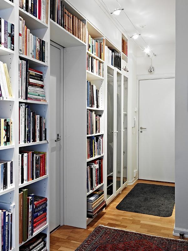 Perché non sfruttare lo spazio dell'ingresso con librerie a tutta altezza? Per un biglietto da visita... super!