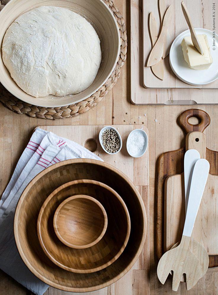 Trä i all sin enkelhet är både användbart, praktiskt och vackert i köket och på det dukade bordet. Naturmaterial som furu, bambu och ek ger en skön genuin känsla när det ska till att hackas och knådas.