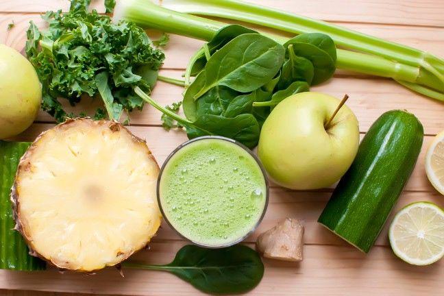 Co powinno się znaleźć w soku oczyszczającym? Przede wszystkim warzywa (zwłaszcza liściaste) oraz owoce (najbardziej są polecane jabłka oraz ananasy), a także sok z cytryny lub imbir