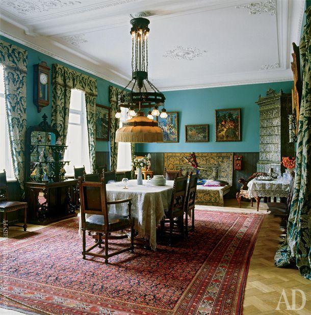Дом Федора Шаляпина в Петербурге. Столовая. На стенах — фотографии Федора Шаляпина и картины его друзей, в том числе Константина Коровина.