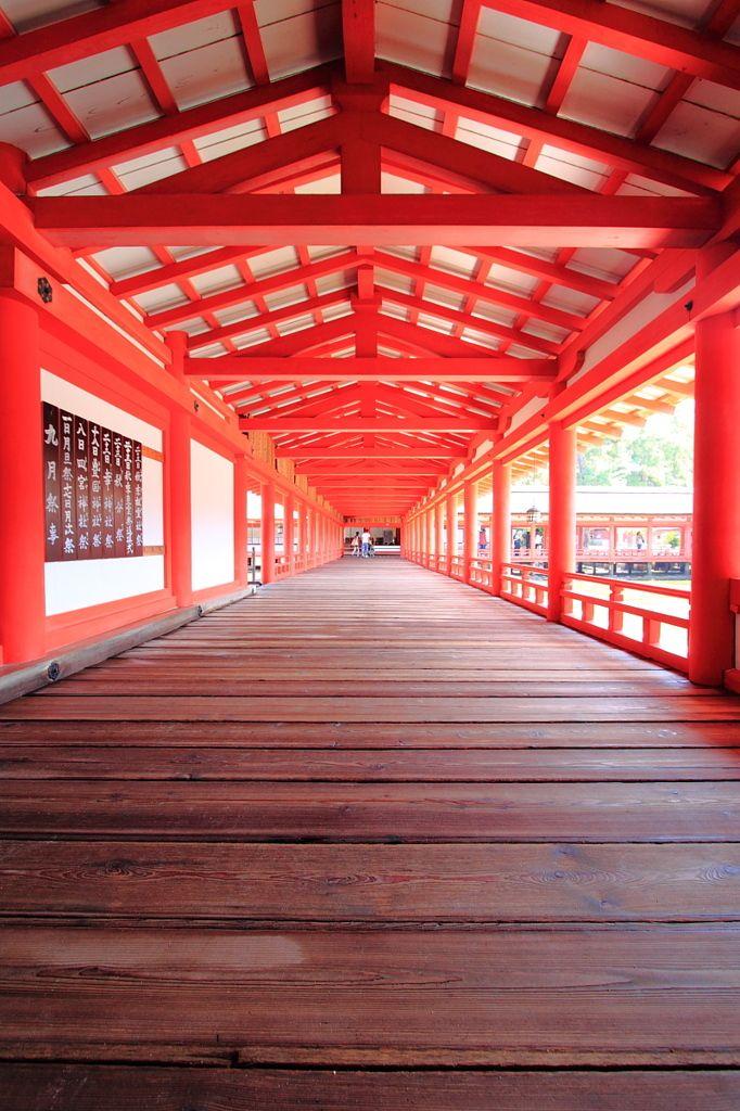 Red corridor of Itsukushima shrine, Japan 厳島神社