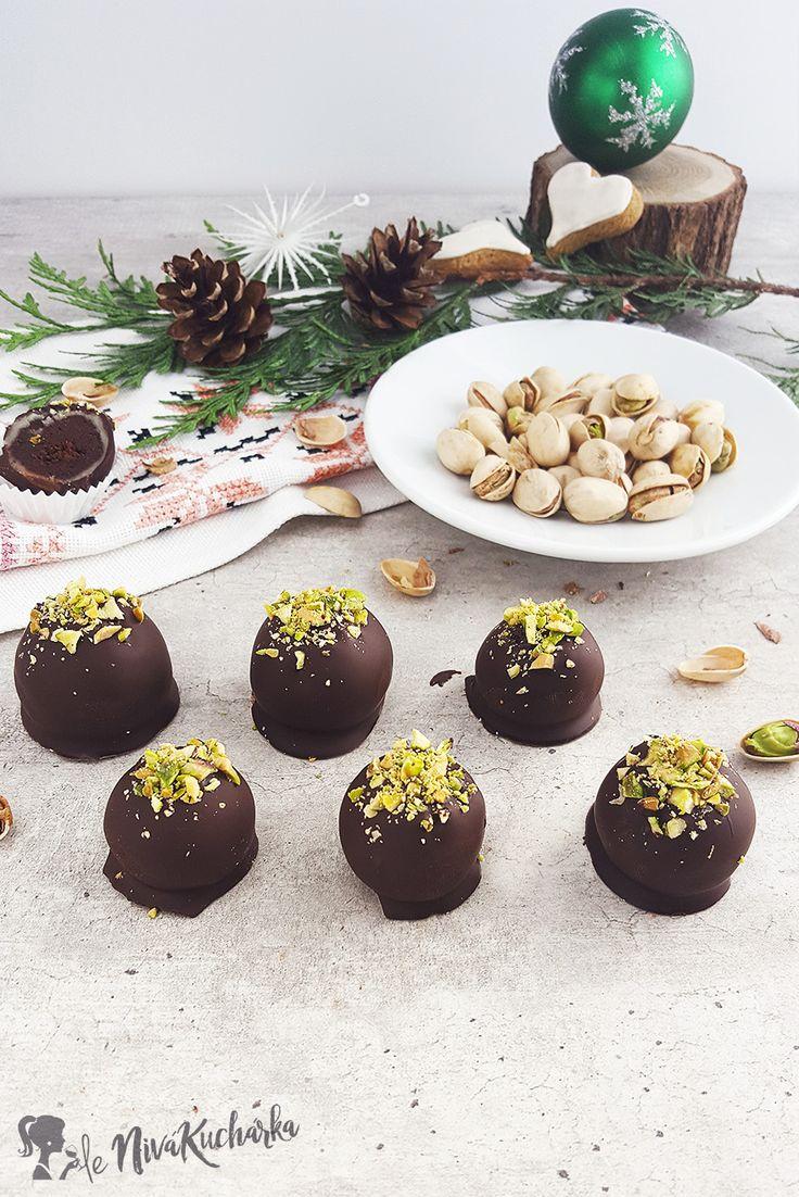 Marcipanove Gulky - Marcipánové guľky sú vianočná lahôdka. Ich príprava je trošku náročnejšia, ale pri dobrom uschovaní a skrytí pred nevítanými rukami vám vydržia celé Vianoce. Základ tvoria chrumkavé, oku lahodiace pistácie, srdce tvorí čokoládová poleva a jemná marcipánová pokrývka a hlavu čokoládový cesto-krém.