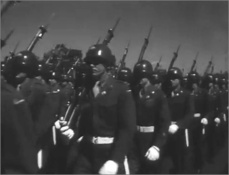 Различные военные подразделения союзнических стран маршируют на параде. Берлин, Германия, 8 мая 1946 года. фото2