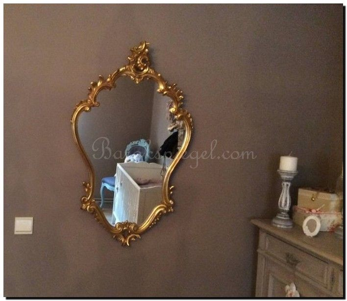 Een Venetiaanse spiegels ter decoratie in de kinderkamer.