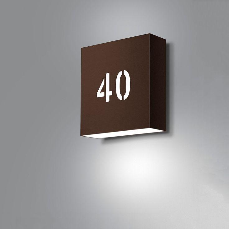 Square utomhus med egna siffror. Finns i vitt, svart, cortén, koppar, määsing, galvaniserat. Två storlekar: 250 resp 270 mm.
