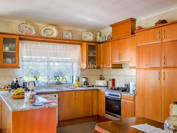 #Moradia Excelente T3 com Terreno em Leiria, áreas generosas, em local calmo com forno e #churrasqueira, #garagem para #carros, aquecimento central e cozinha equipada. Perto de Fátima e #Leiria