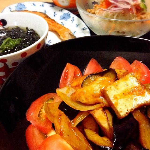 昨夜は、鶏のささみ肉をひとくち大にそぎ切りし、塩胡椒したあとに片栗粉をまぶし、多めの油で火を通し、厚揚げや野菜と炒め合わせて、ケチャップ、ソース、酒、蜂蜜、酢で味付けした炒め物をメインにした夕食でした。  大豆の炊き込みご飯 白菜と岩海苔の味噌汁 納豆ドレッシングのサラダ なすと鶏ささみ肉の甘辛炒め 焼き鮭 - 85件のもぐもぐ - なすと鶏ささみ肉の甘辛炒め by peacefulriver