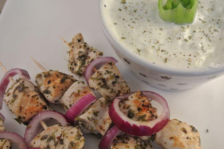 Griekse kip souvlaki met tzatziki. Lekker, simpel en snel te bereiden. Ook ideaal voor op de barbecue op een zomerse dag.