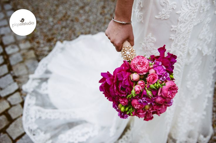 Art deco wedding, 20's wedding, fuchsia and amarant bouquet of the Bride, decorated with a stunning pearl brooch