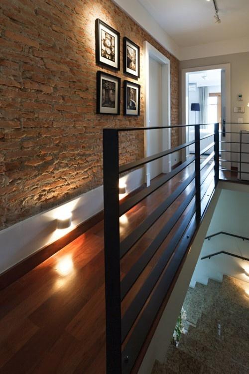 Parede de tijolos, piso de madeira, iluminação indireta. lindo