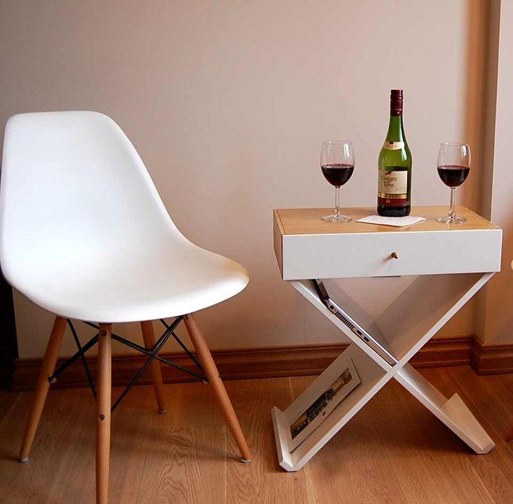 Тумба Bonn –выполнена в стиле минимализм и является эксклюзивной дизайнерской работой. Она может служить не только прикроватной тумбой, а так же кофейным или журнальным столиком