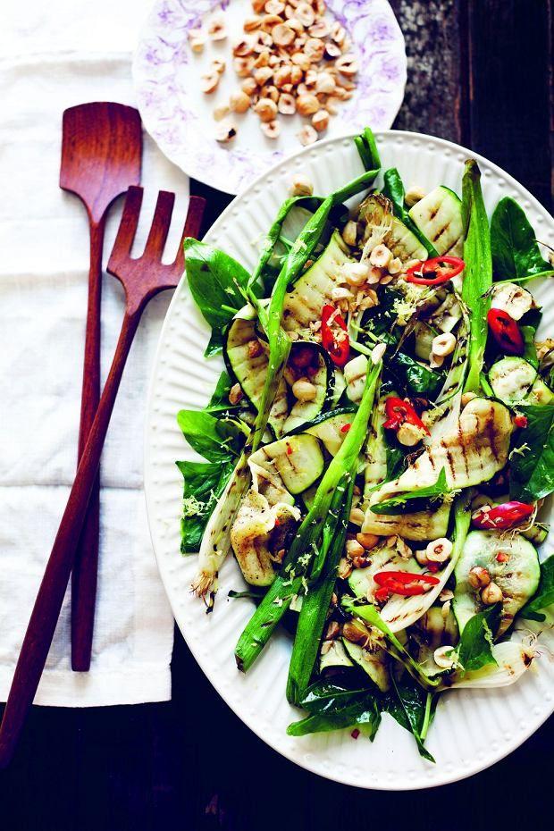 Grillowana cukinia i zielona cebulka ze szpinakiem i orzechami laskowymi