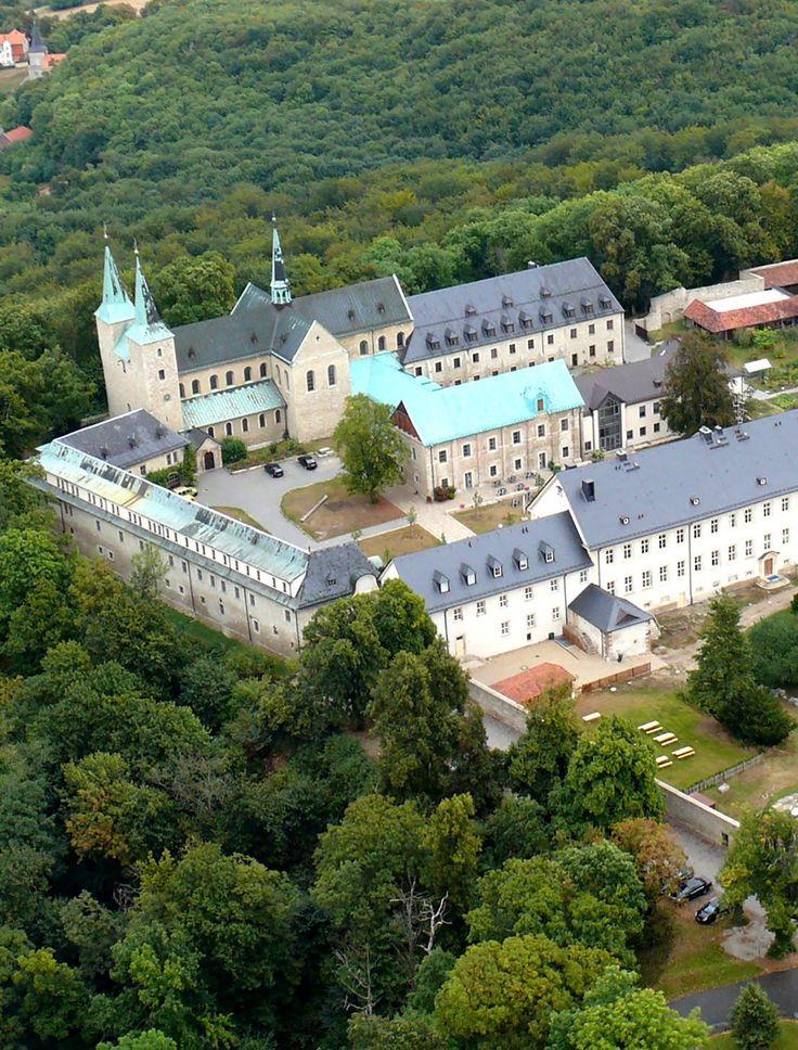 An der Straße der Romanik liegt die Klosterburg Huysburg. Ein Besuch lohnt sich zu jeder Jahreszeit - und es gibt viel Geschichte zu entdecken. #Deutschland #Kloster