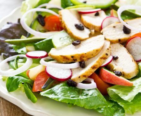 Un'insalata ricca di sapore ma povera di calorie e sensi di colpa! Preparatela per portarla con voi in ufficio o per una cena leggera.