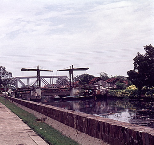 Indonesia, Batavia (Jakarta).1977: The Jembatan Kota Intan (old Dutch drawbridge) or Hoenderpasarbrug over a canal with black stinking water and some bridges from the Dutch time Read more about the history of this bridge a scan of a color slide by Antoni P. Uni