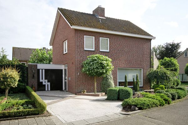Werkmeesterhof 4, vraagprijs: € 375.000,- k.k. Riant vrijstaand woonhuis met ruime garage, gelegen op een hoeklocatie in de buurt Kazernelaan. Zie link voor brochure.