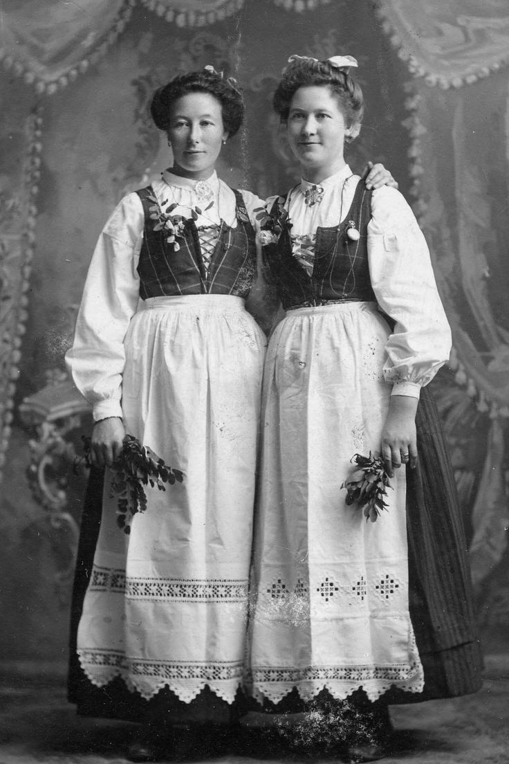 Norwegian immigrants in the U.S. wearing their traditional bunads