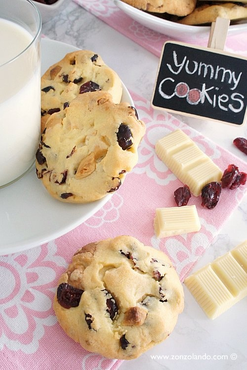 White chocolate, cranberry and walnut cookies | From Zonzolando.com