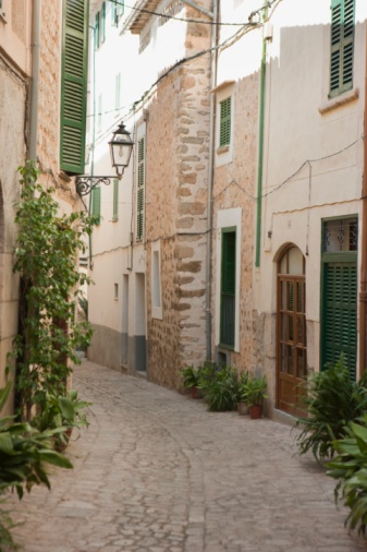 A street just off Calle de la Luna, the main shopping street. Two mins from the square in Soller