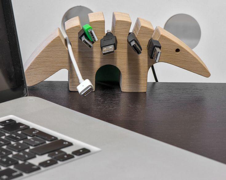 Kablojad - WellDone®- Biurkowy uchwyt na kable. Porządkuje miejsce pracy, utrzymując różne typy kabli w jednym miejscu. Wykonany z litego drewna bukowego lub dębowego, masywy,ręcznie wykończony, mocowany do powierzchni biurka za pomocą metalowych,kolorowych uchwytów jest prezentem na każdą okazję, od każdego i dla każdego. Zabawny kształt inspirowany sylwetką mrówkojada wprowadza właściciela w dobry nastrój każdego dnia. Projekt: Klaudia Kasprzak