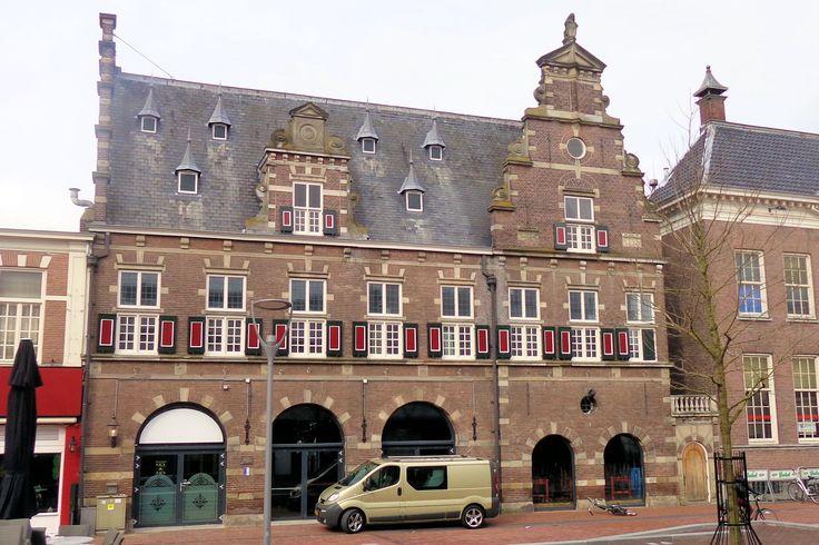 Het voormalige Waaggebouw annex markthal is in 1913 naar ontwerp van de stadsarchitect P. Kolpa gebouwd. Het is het laatst gebouwde Waaggebouw van Nederland. Dankzij de grote ronde bogen op de begane grond konden de marktkooplieden met paard en wagen en later met de auto de markthal binnen rijden. Het pand heeft tot 1945 dienst gedaan. Tegenwoordig biedt het onderdak aan een restaurant.